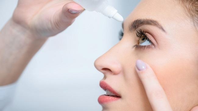 استفاده از قطره چشم با لنز