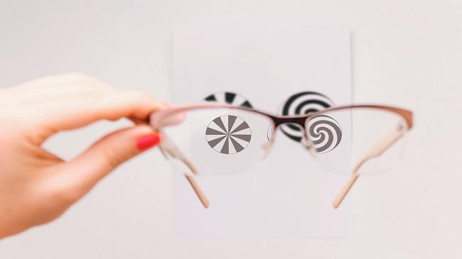 انتخاب بین لنزهای تماسی و عینک