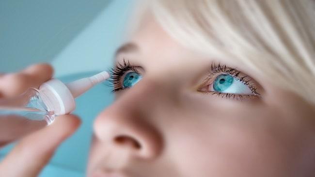 تاثیر-قطره-چشم-بر-روی-لنز-تماسی