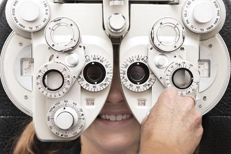 معاینه لنز چشم