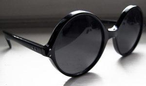 عینک با شیشه های پررنگ